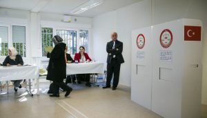 A woman arrives to casts her ballot at the Turkish consulate in Berlin on March 27, 2017.     The 1,4 million Turkish voters living in Germany can participate in a pro Turkish President Recep Tayyip Erdogan referendum scheduled for 16 April. / AFP PHOTO / Odd ANDERSEN