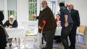 Turkish nationals living in Germany casts thier ballot at the Turkish consulate in Berlin on March 27, 2017.     The 1,4 million Turkish voters living in Germany can participate in a pro Turkish President Recep Tayyip Erdogan referendum scheduled for 16 April. / AFP PHOTO / Odd ANDERSEN